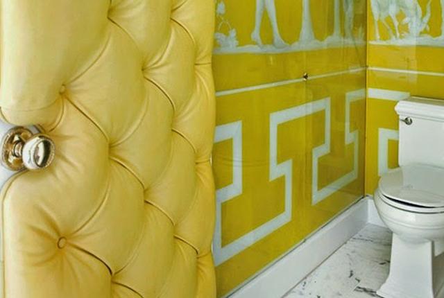 puerta tapizada amarilla