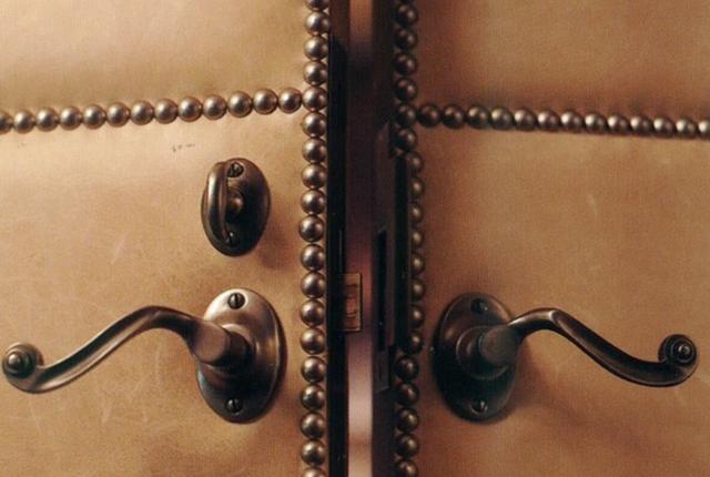 puerta tapizada cueros